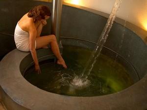 Eine Frau genießt ein Mineralbad