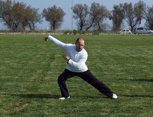 Ein Mann treibt Tai Chi in der freien Luft