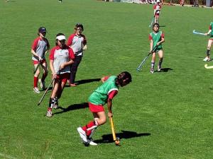 Kinder auf einem Hockey-Feld mittel im Spiel