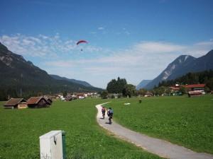 Zwei Radfahrer in einem Tal im Sommer
