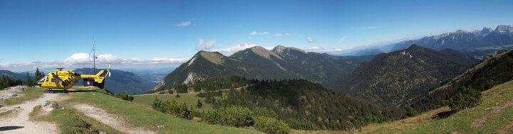 Eine grüne Landschaft mit Bergen und Bäumen