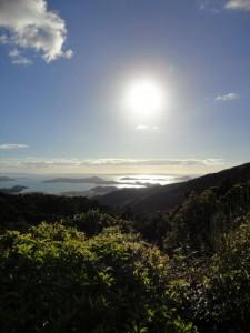 Hügelige landschaft und die Sonne