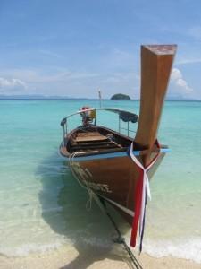 Ein Long-Boat auf dem blauen Meer in Thailand