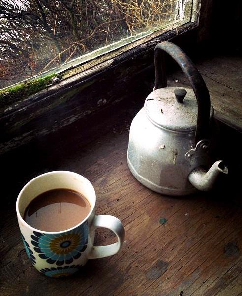 Eine Teekanne und Tasse neben einem Fenster