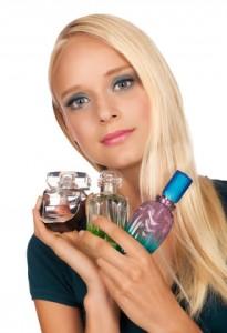 Eine Frau mit vielen Parfumen