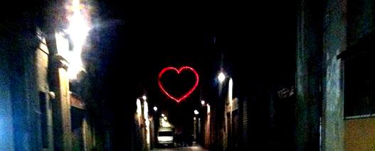 Eine Straße bei Nacht
