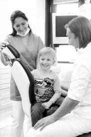 Eine Familie beim Zahnarzt