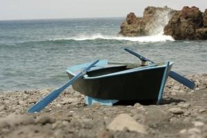 Ein Boot auf dem Strand mit Meeresblick