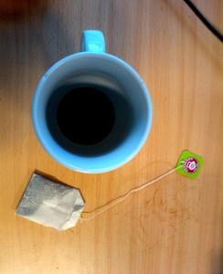 Eine Tasse Kaffee und ein Teebeutel